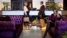 I hotellets elegante lobby kan I slappe af og nyde en kop kaffe.