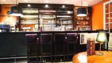 Baren på hotellet byder på drinks og en kølig øl, hvis det er at foretrække.