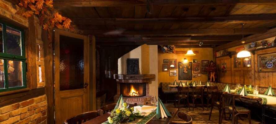 Erleben Sie die gemütliche und warme Atmosphäre beim Essen köstlicher regionaler Speisen im rustikalen Restaurant.