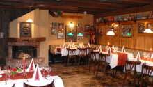 Erleben Sie die gemütliche und warme Atmosphäre beim Essen im rustikalen Restaurant.