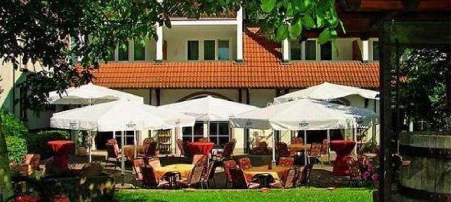 Om sommeren kan I nyde en forfriskning i solen i hotellets hyggelige have.