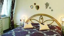 Hotellet har fine værelser, hvor I kan slappe af