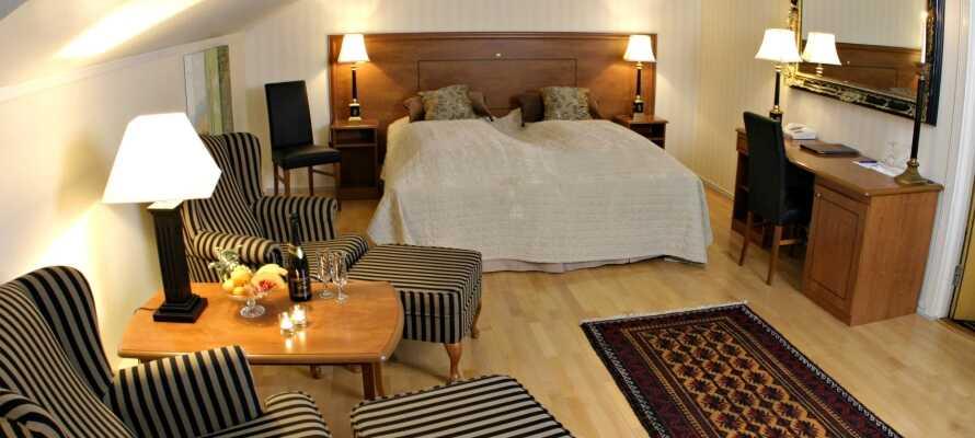 Hotellets moderne og koselige rom inviterer deg til å slappe av og få en god natts søvn.