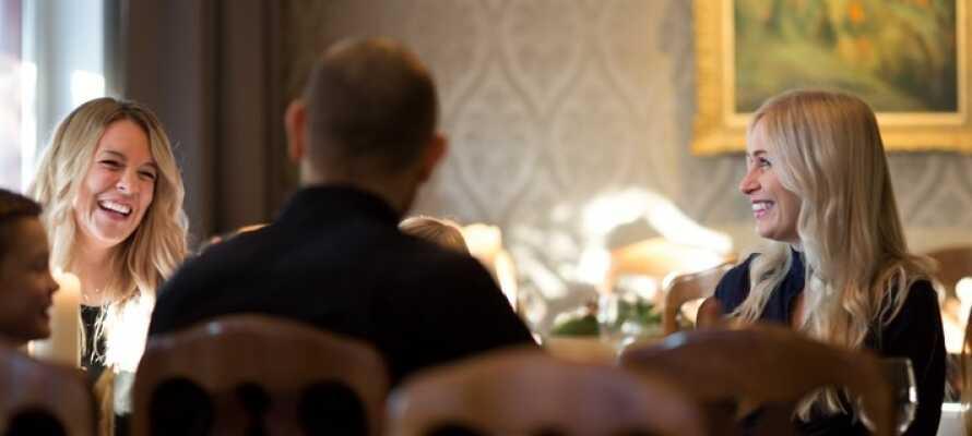 I hotellets restaurant, som serverer god mad med fokus på lokale råvarer, kan I nyde en hyggelig stund i hinandens selskab.