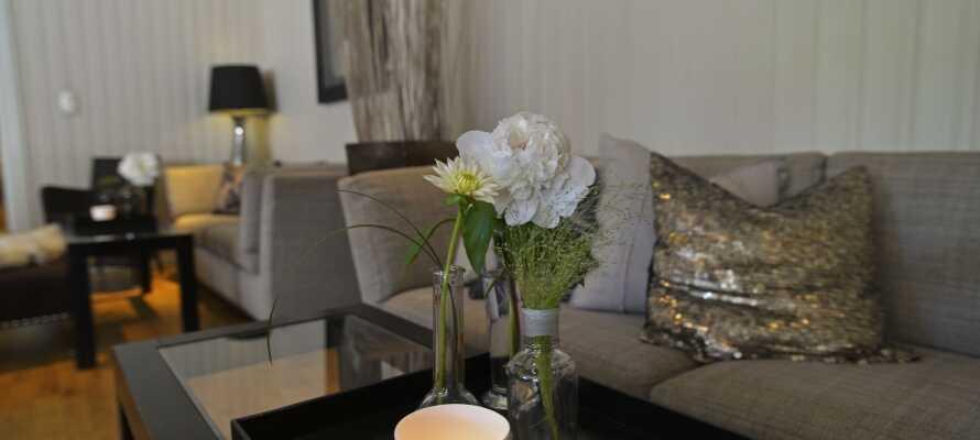 Hotellets moderne og stilrene omgivelser bidrager til den rare og hyggelige stemning.