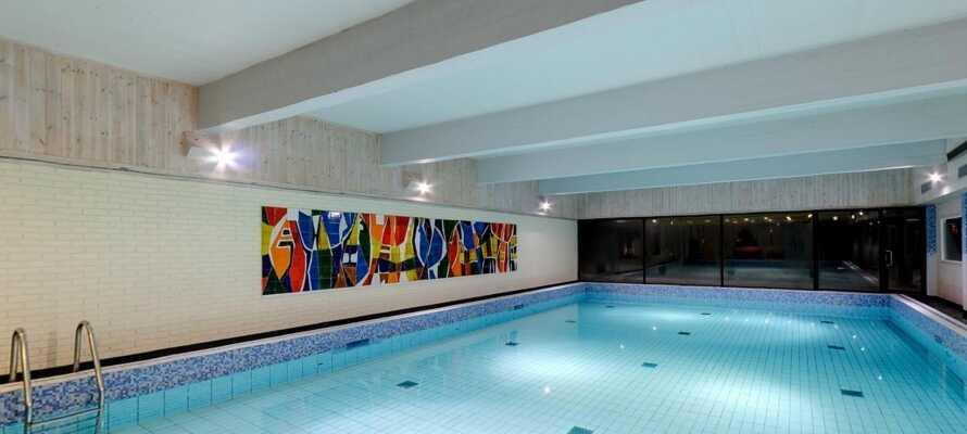 Entspannen Sie im Wellness-Bereich des Hotels mit Schwimmbecken, Dampfbad und Sauna mit Aussicht auf den Berg.