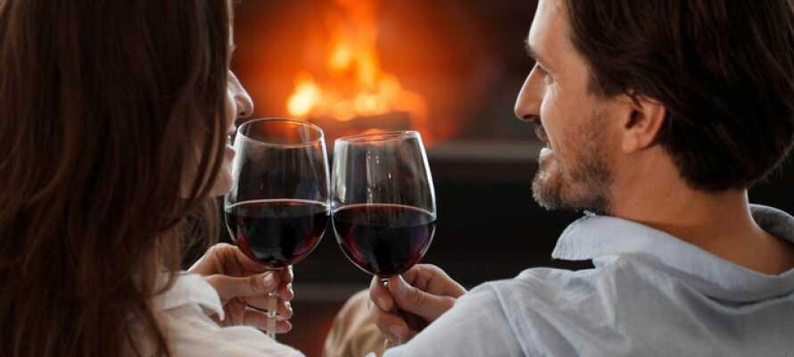 Nyd et glas vin foran pejsen og slap af i rolige omgivelser efter en begivenhedsrig dag