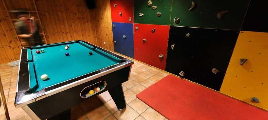 I källaren finns ett aktivitetsrum med playstation, bordtennis, bordsfotboll, air hockey, biljard och klättervägg.