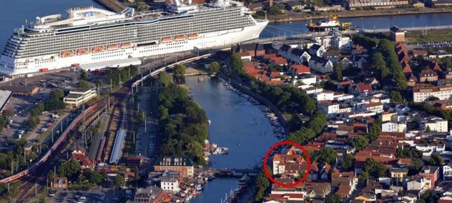 Det familjedrivna hotellet (inringat) har ett centralt läge i hjärtat av den nordtyska hamn- och badorten  Warnemünde.