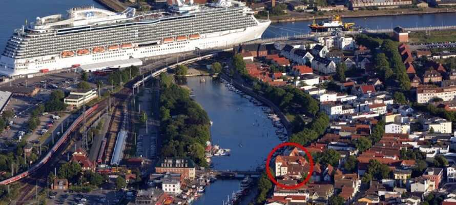 Das Hotel liegt gut plaziert im Herzen der norddeutschen Hafenstadt Warnemünde an der Ostsee.