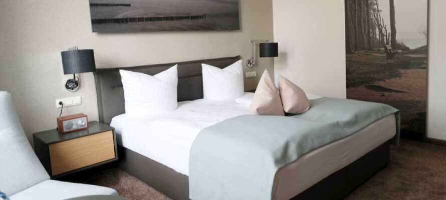 Rummen är bekväma och moderna med ljusa färger och sköna sängar