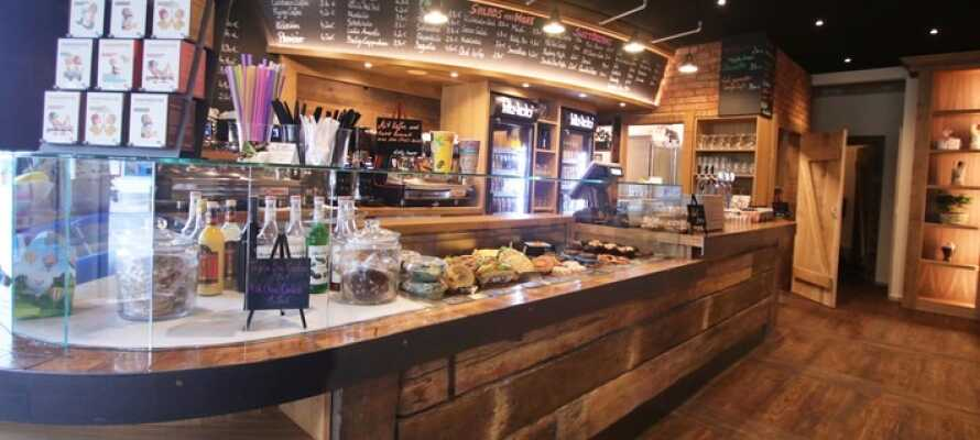 I løbet af dagen kan I nyde en række forskellige kaffespecialiteter og lækre snacks i den stemningsfulde café Mahlwerk.