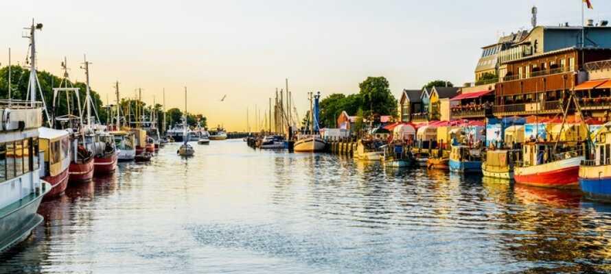 Die Hafenpromenade lädt zum Bummeln ein und es gibt gute Einkaufsmöglichkeiten in der Nähe.