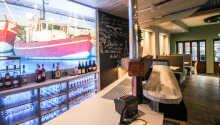 Beställ en god fisk- och skaldjursrätt i hotellets fiskrestaurang, Restaurant am Strom.