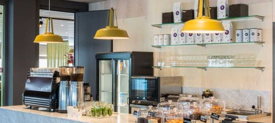 Hver morgen serveres en god og stor frokostbuffe med et bredt utvalg av både varme og kalde retter.