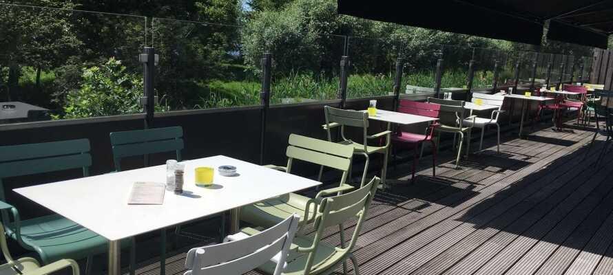 Når været er bra, kan dere sitte ute på hotellets hyggelige terrasse, som vender ut mot innsjøen.