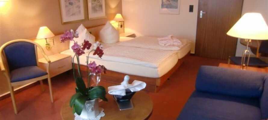 Et af hotellets enkelt indrettede værelser.