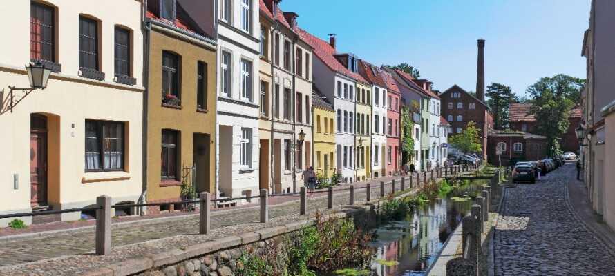 Den gamle bydelen i Wismar er en opplevelse i seg selv med de historiske bygningene i flotte farger