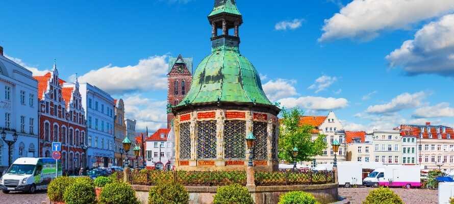 Den stora marknadsplatsen är omgiven av vackra byggnader och är en av de största i hela Tyskland.