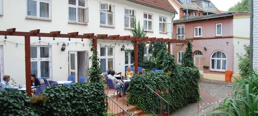 Slå dere ned med et glass øl på hotellets terrasse og kjenn på feriefølelsen