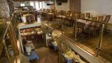 Hotellet har en restaurang och bistro som serverar god mat och bjuder på en härlig atmosfär.