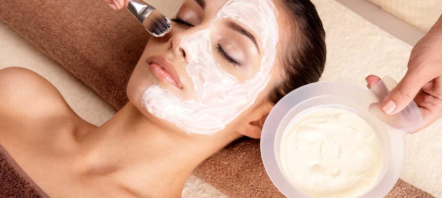 Under opholdet kan I bl.a. forkæle jer selv med et stort udvalg af forskellige massage- og skønhedsbehandlinger.