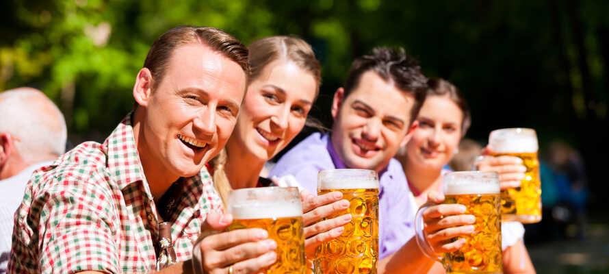 Vom netten Biergarten des Hotels aus haben Sie eine prächtige Aussicht zur wunderschönen Insel Rügen.