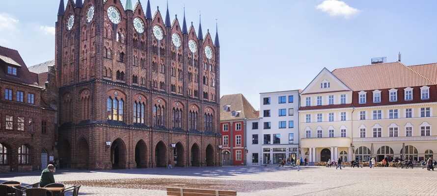 Dra på vandring og handleturer i verdensarvbyen Stralsund. Den gamle hansabyen forbindes med sine mange gotiske praktbygg.
