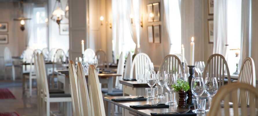 Spis udsøgt mad i den flotte og lyse restaurant og nyd et godt glas vin dertil