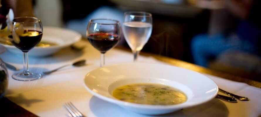 Sæt jer godt til rette i restauranten, hvor der serveres traditionelle retter fra regionen