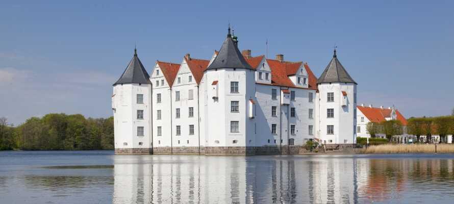 Besök några av de vackra slotten i Nordtyskland t.ex. Schloss Glücksburg och Scloss Gottoro.