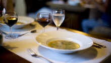Hotellets halvpensionsgäster kan välja mellan tre aptitretare, förrätter och desserter.