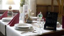 Middagen serveres i hyggelige omgivelser
