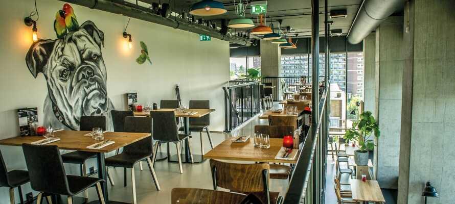 Hotellets vakre restaurant, Chef's! Food & Drinks, tilbyr trendy mat både morgen, middag og kveld.