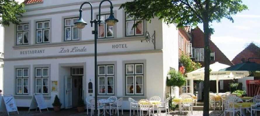 Hotel zur Linde har en dejlig beliggenhed på torvet i Meldorf lige ved byens flotte domkirke.