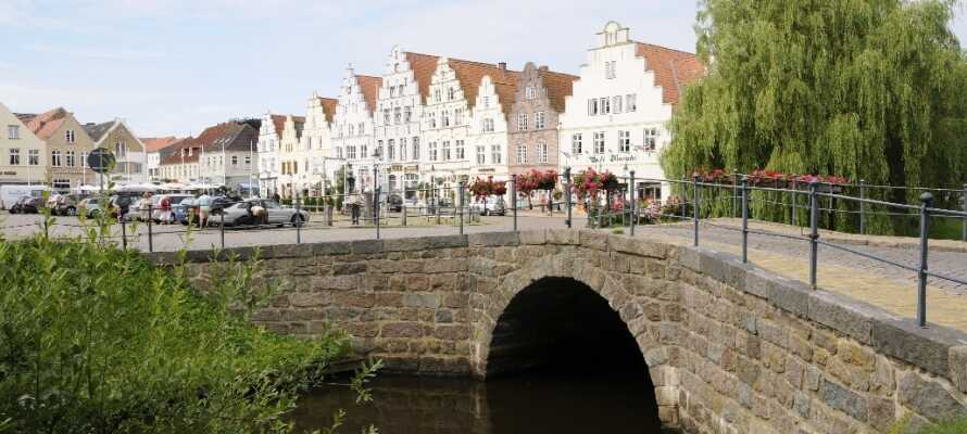 Kanalbyen Friedrichstadt kaldes også 'Lille Amsterdam', og det finder I ud af hvorfor, når I besøger den charmerende by.