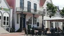 Hotellets traditionelle restaurant byder på regionale specialiteter i hyggelige omgivelser