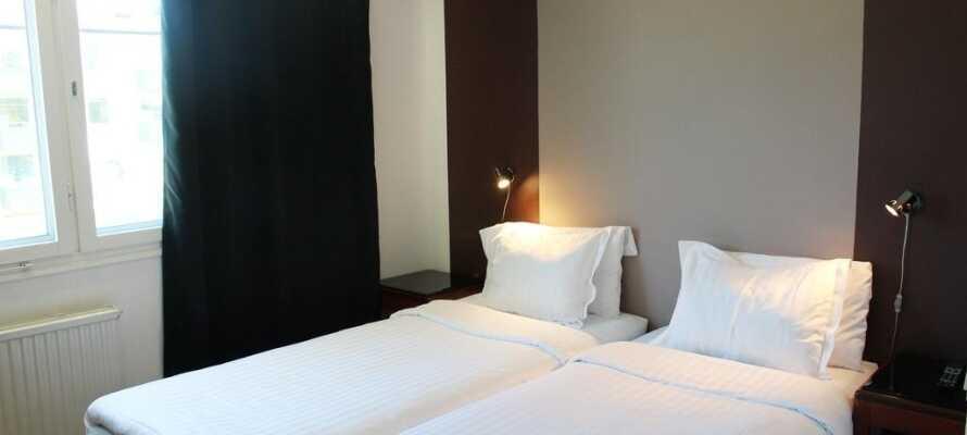 Hotellets værelser er lyse med parketgulve og senge fra Hilding Anders.
