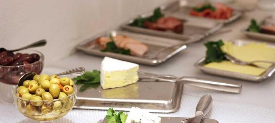 Hver morgen serveres der en stor morgenbuffet med et bredt udvalg af morgenbrød og pålæg.