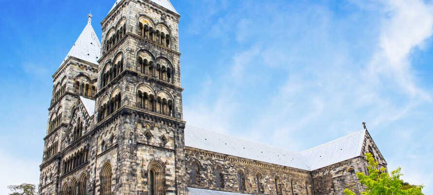 Lunds imponerende katedral stod færdig i 1145 og er bestemt et besøg værd. Katedralens to tårne er 55 meter høje.