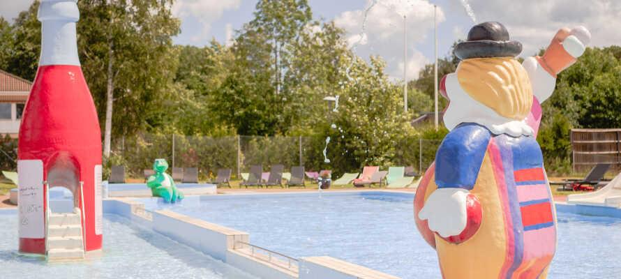 Direkte i forbindelse med hotellet findes et poolområde, eventyrgolf og en stor legeplads.