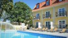 Der im Sommer beheizte Freiluft-Pool des Hotels.