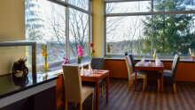 I kan drikke og spise i hotellets restaurant, der byder på både lokale og internationale retter.