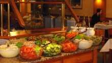 Der serveres buffet på hotellet med retter for enhver smag.
