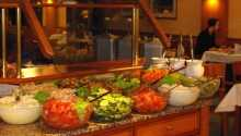 Det serveras buffé på hotellet med rätter för var smak.