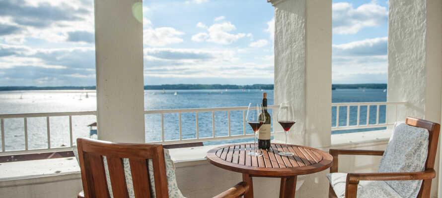Genießen Sie einen ruhigen Moment bei einem Glas Wein, bei schönster Aussicht, die das Strandhotel Glücksburg bietet.