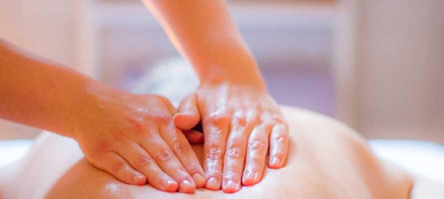 Hotellets wellness lounge byder på et fitnessrum, forskellige saunaer, dampbad og forskellige behandlinger.