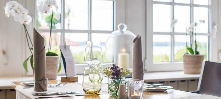 Nyt middagen i den moderne og lyse restauranten.