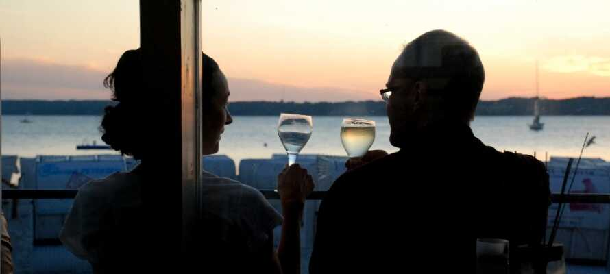 Erleben Sie den Sonnenuntergang über der Bucht. Genießen Sie ein Glas Wein und die schöne Stimmung .