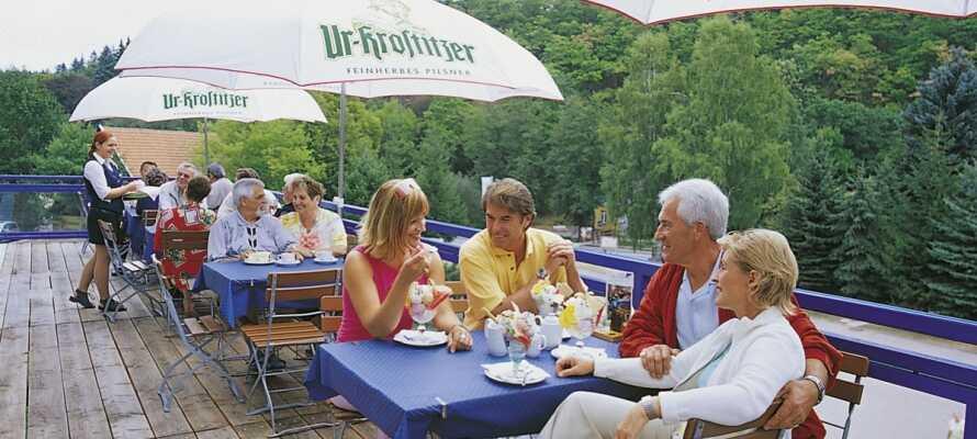 Slappna av med en kopp kaffe eller ett glas vin och njut av utsikten från hotellets mysiga sommarterrass.